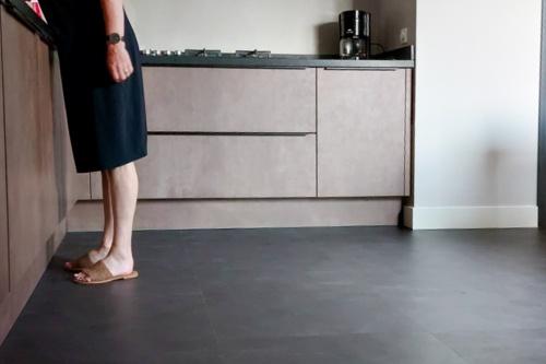 KEUKEN ACHTERWANDMET BETONSTUC  KLEUR DAWN   BETONLOOK PVC  IN GENEMUIDEN